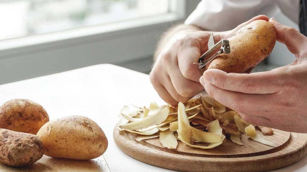 Как правильно чистить картофель