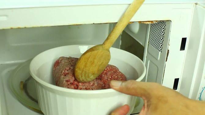 Как быстро разморозить мясо без микроволновки