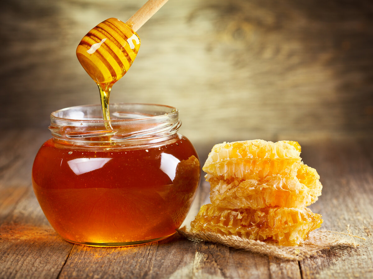 Такие любимые соты пчелиные: польза и вред медового лакомства в одной статье