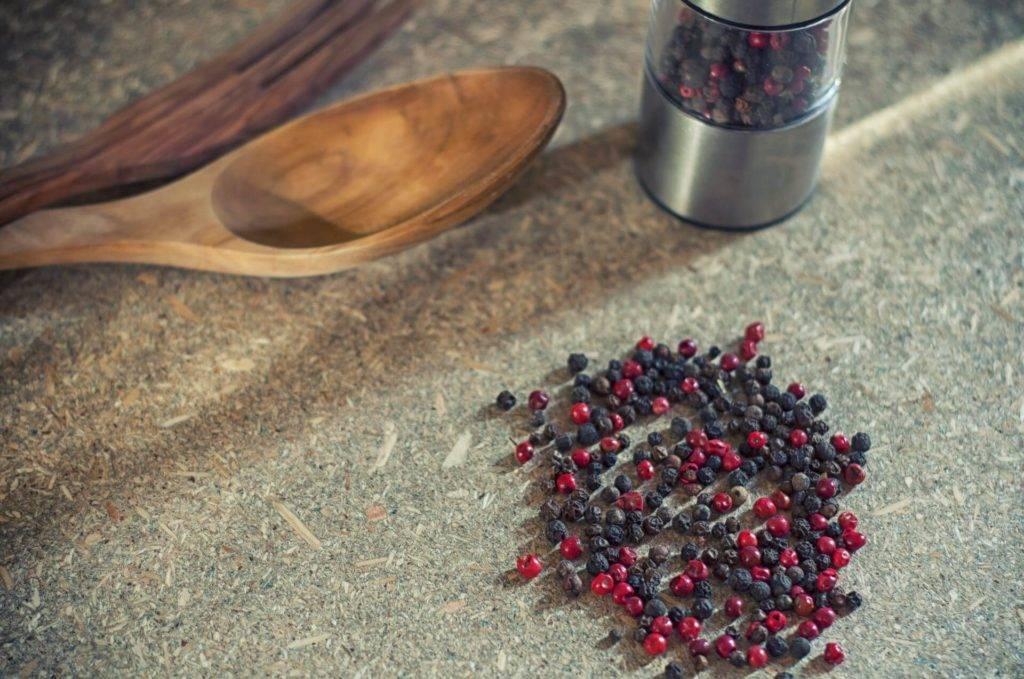 Черный перец: в чем польза специи и есть ли вред, куда ее применять