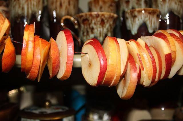 Как правильно сушить яблоки в домашних условиях: подготовка и сушка в духовке, микроволновке, на улице