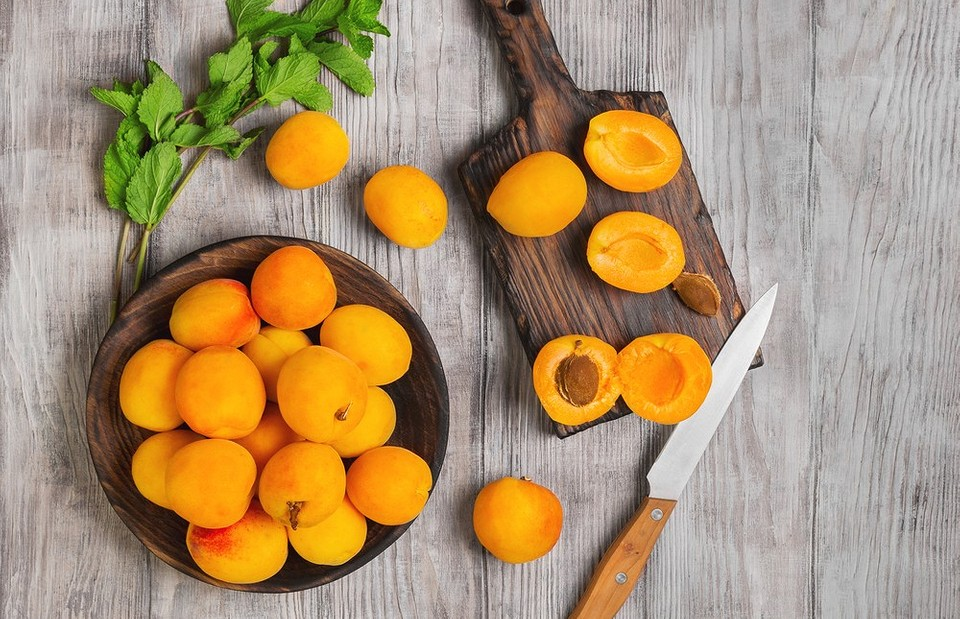 Уникальный состав абрикосовых косточек, их польза и вред для организма человека