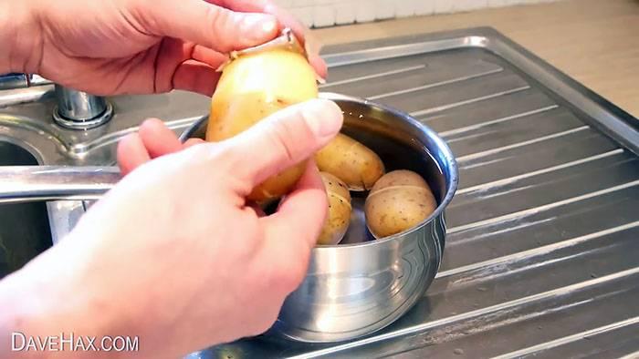 Как быстро чистят мелкую картошку. как быстро почистить картошку без использования ножа. как быстро почистить сырую картошку