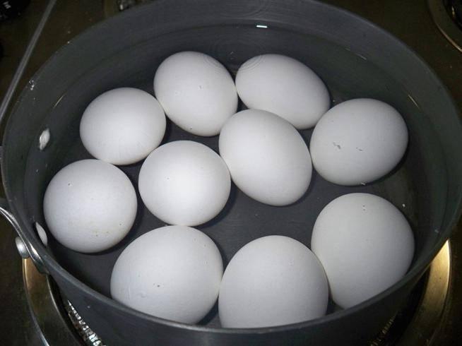 Как быстро остудить варёные яйца и сделать так, чтобы они легко чистились