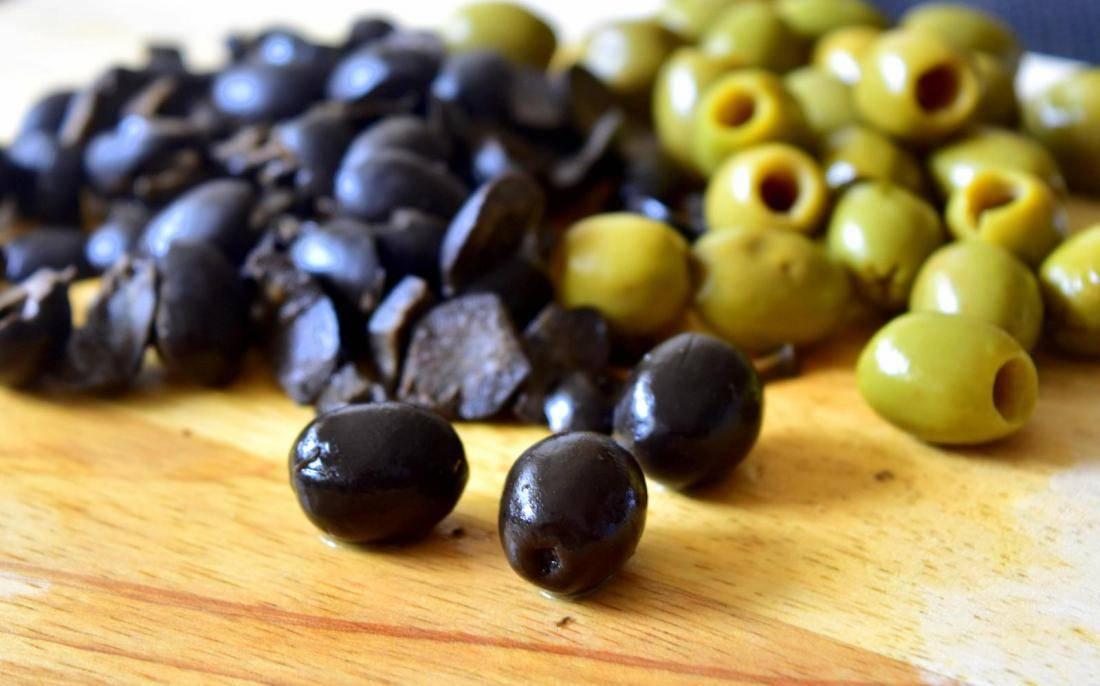 Маслины и оливки: в чем разница, чем они отличаются?