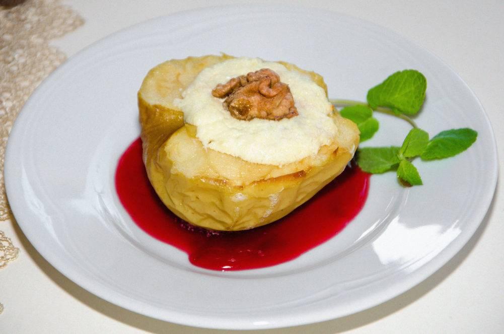 Печеные яблоки — польза для организма, калорийность, кому и с чем можно есть