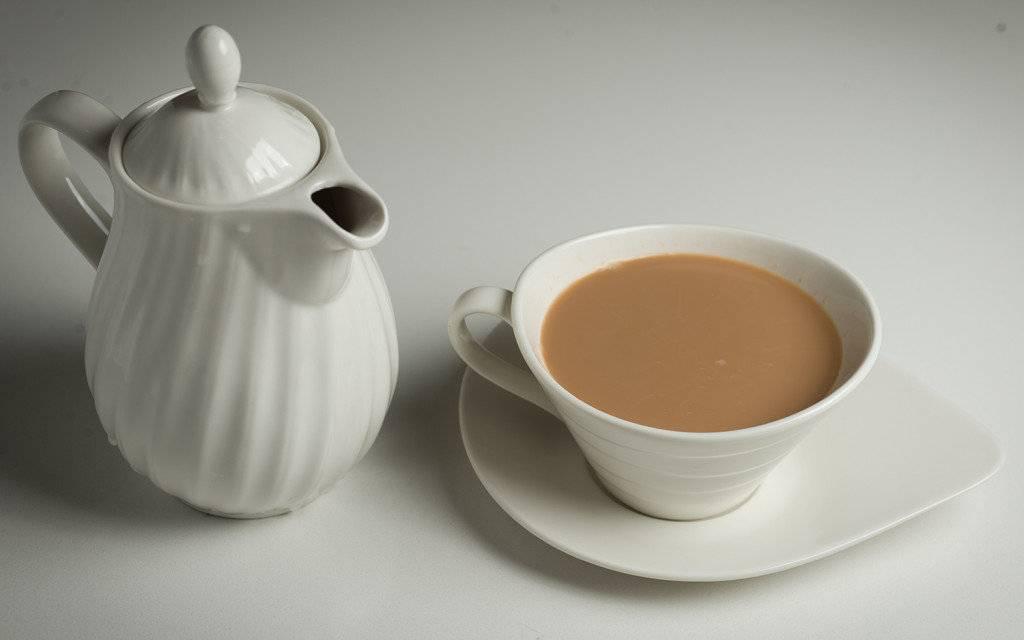 Чем полезен чай с молоком для женщин