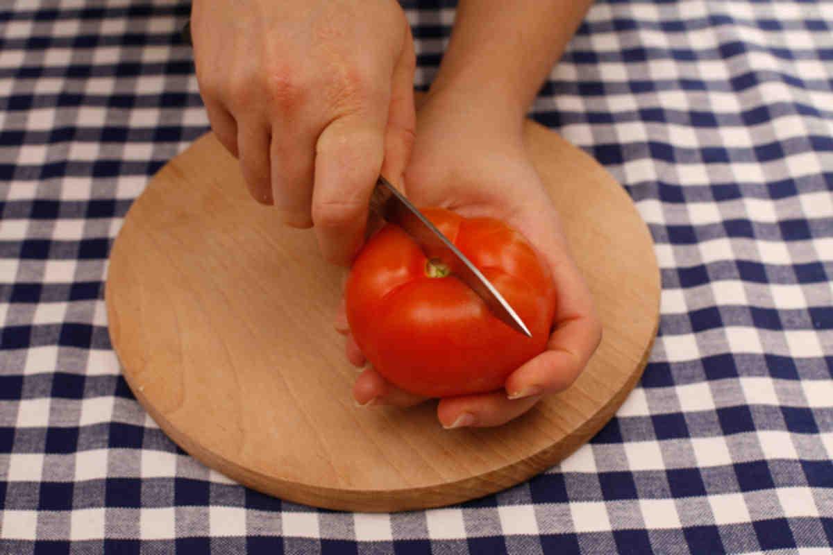 Как и чем можно быстро снять кожицу с помидоров?