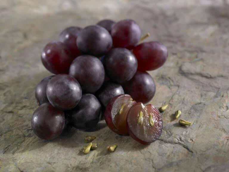 Можно ли есть виноград с косточками взрослым и детям, полезные и негативные свойства продукта